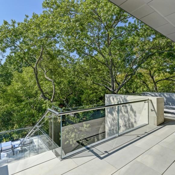Starphire glass balcony handrail.